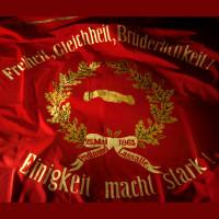 Sie ist der Stolz der Sozialdemokraten. Diese große, rote Fahne von 1863.